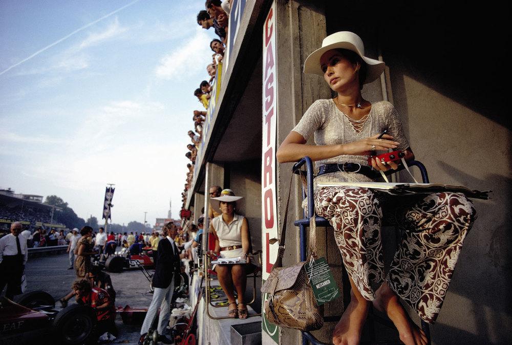 Nina Rindt esperando ver pasar a su esposo, Jochen Rindt, en Monza, Italia. Momentos después de que esta foto fuera tomada, el piloto sufriría un fatal accidente. Foto: Rainer W. Schlegelmilch / Getty Images