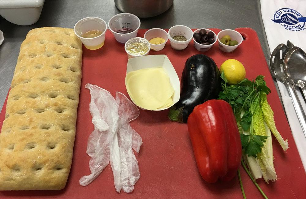 Todo listo para preparar el primer plato de la clase de cocina, en total, trabajamos ese día en cuatro recetas.