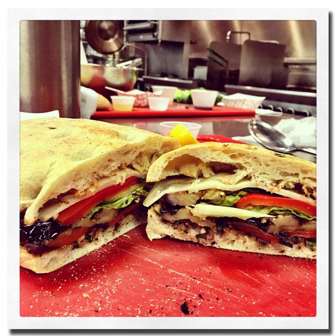 Mi primera creación en la clase de cocina, un sandwich de berenjena y pimiento con aderezo de aceitunas.
