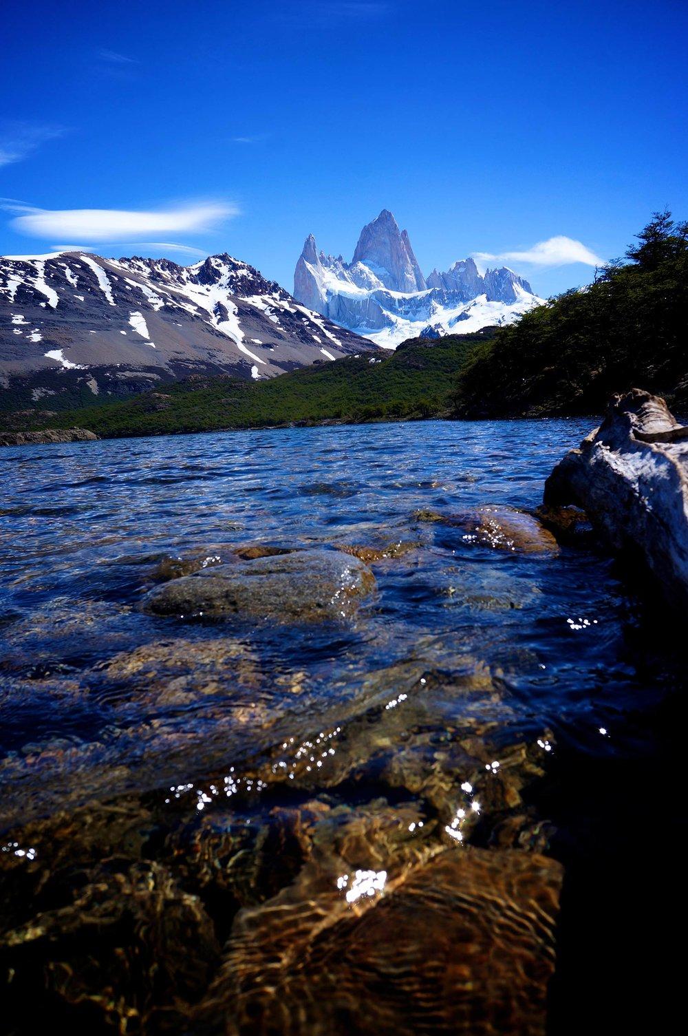 fitz_roy_lake_mountains.jpg