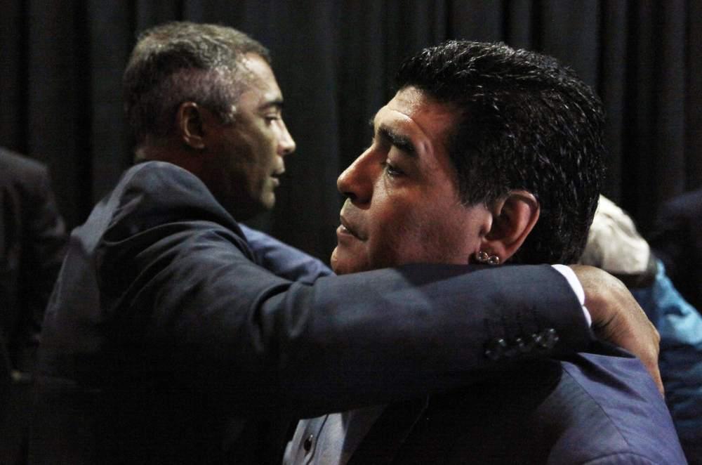 Maradona & Romario abrazando.