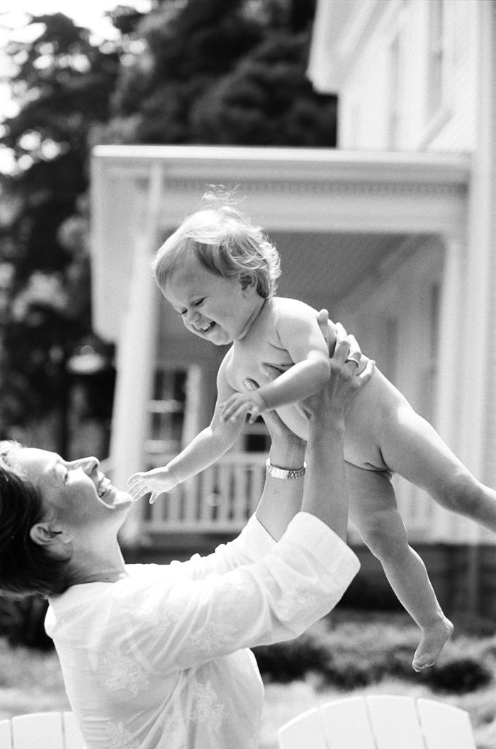 Sylvie-Gil-Family-Photography-little-gilr-mom-mother-hold-throw-black-white.jpg