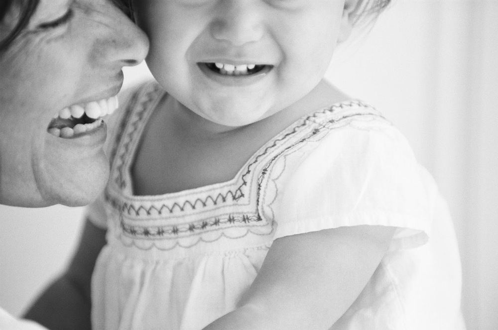 sylvie-gil-film-photography-portrait-family-girl-little-black-white-mom