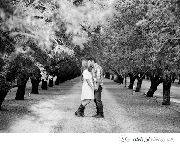 sylvie-gil-film-photography-portrait-engagement-outdoor-vineyard-black-white