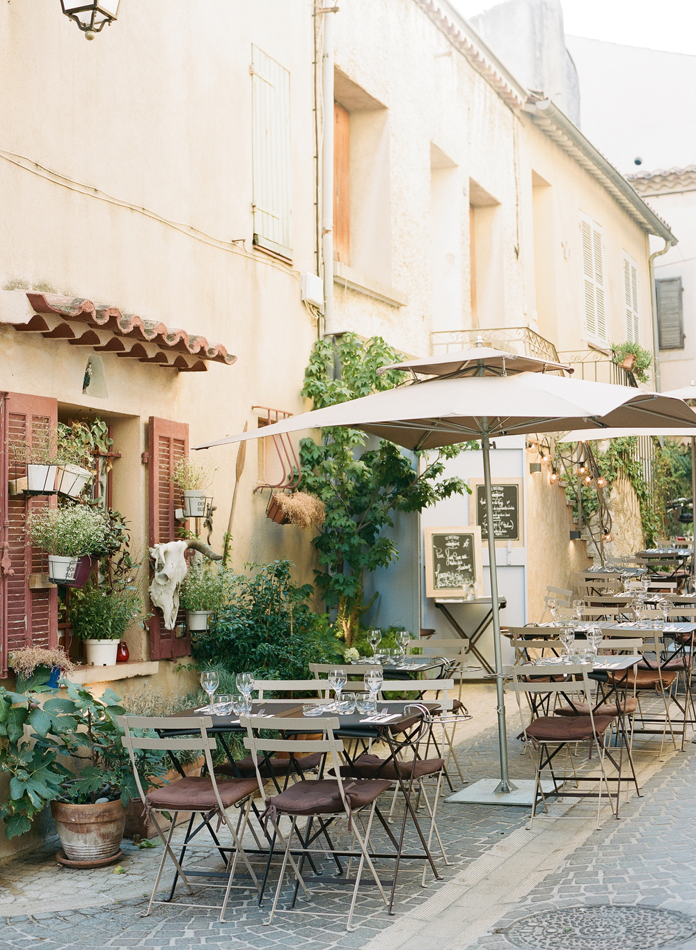 An outdoor cafe in an alley in Provence, France; photo by Sylvie Gil