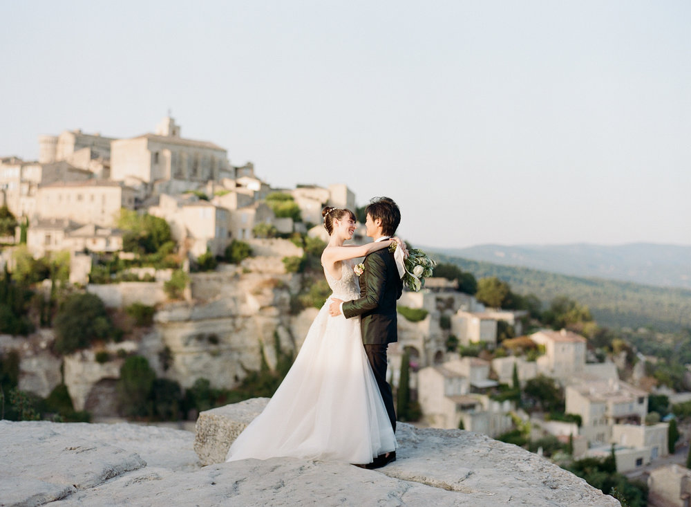 A just married couple session at sunset in Gordes, France; Sylvie Gil Photography