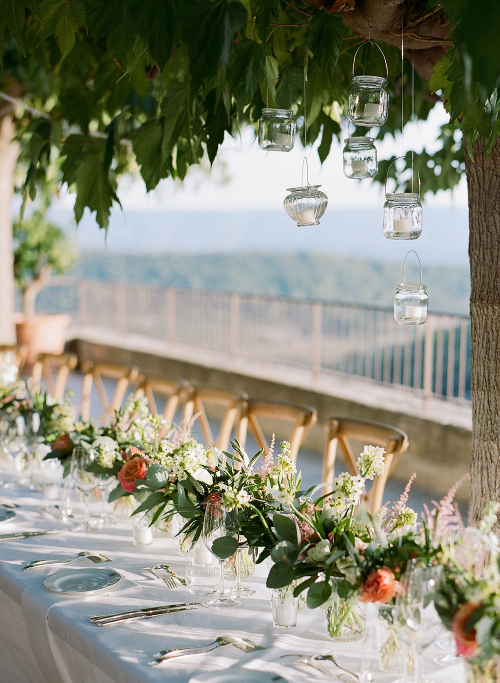 Sylvie-Gil-film-destination-wedding-photography-gordes-provence-france-chateau-reception-table