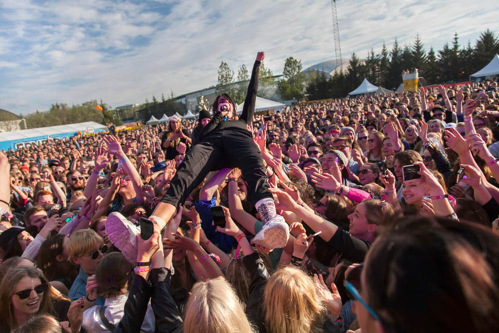 MØ crowdsurfing