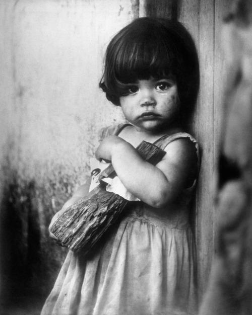 niña-con-muñeca-de-palo (1).jpg