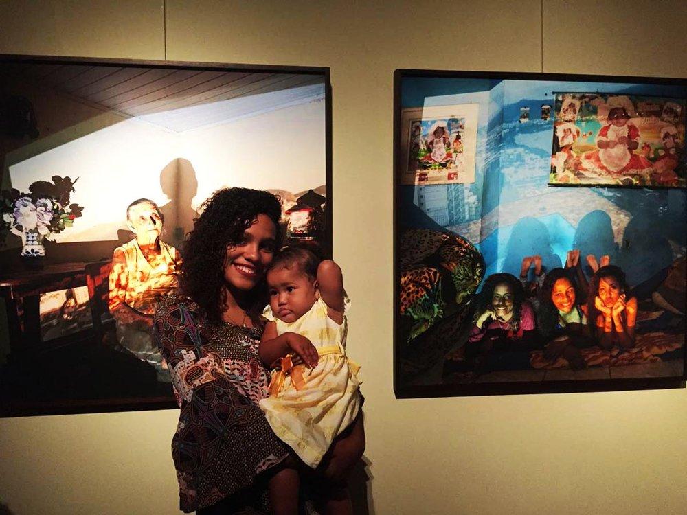No dia da abertura da exposição Campos de Altitude, FotoRio 2017, na Justiça Federal, Júlia foi com a sua irmã Maria e sua mãe Lica ver a sua foto exposta. Foto: Kitty Paranaguá.