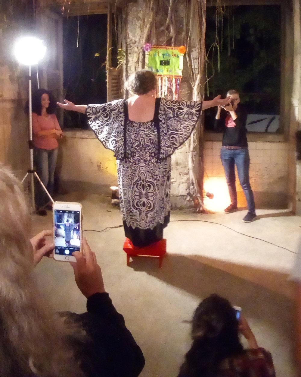 """A Natureza da Vida.""Performance durante do FotoRio Resiste.  Foto de Joana Mazza"