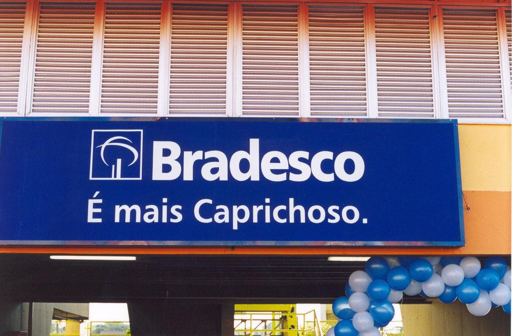 Em Parintins, o vermelho da marca de um banco precisa ter uma versão em azul (foto Andreas Valentin, 2002).