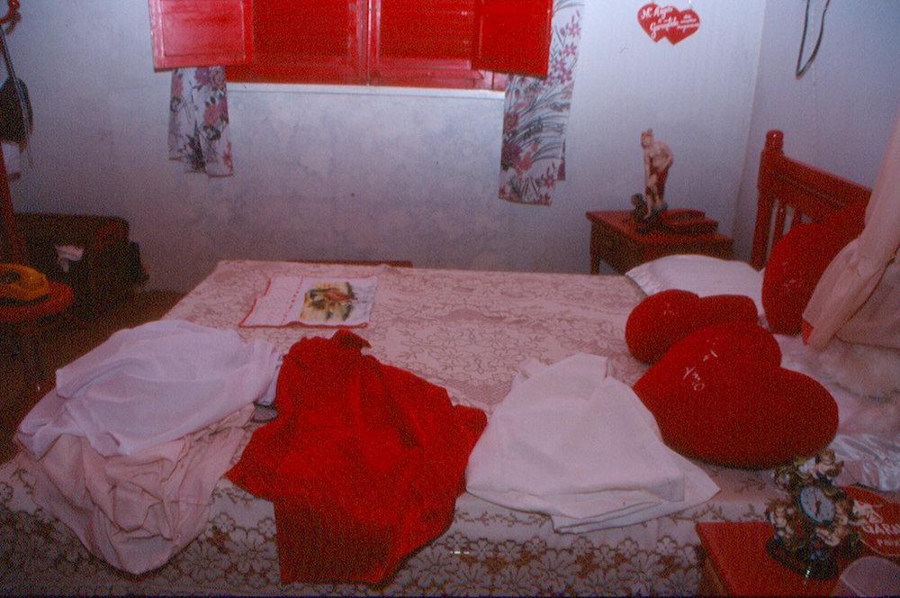 A cozinha e o quarto de Mariangela Faria (fotos Andreas Valentin, 2002).