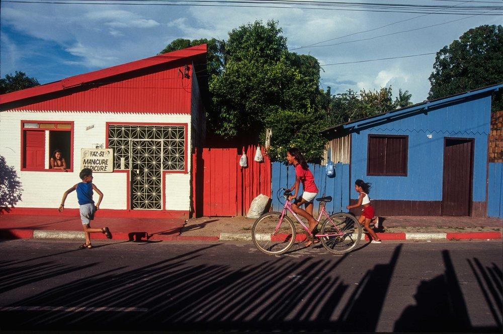 Em Parintins, a brincadeira da rivalidade (foto Andreas Valentin, 2001).