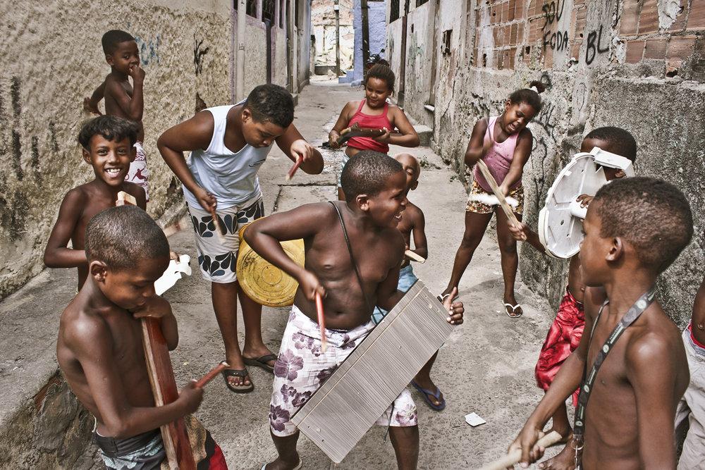 > Léo que tira foto e os caçadores de pipa do Jacarezinho > Crédito: Léo Lima