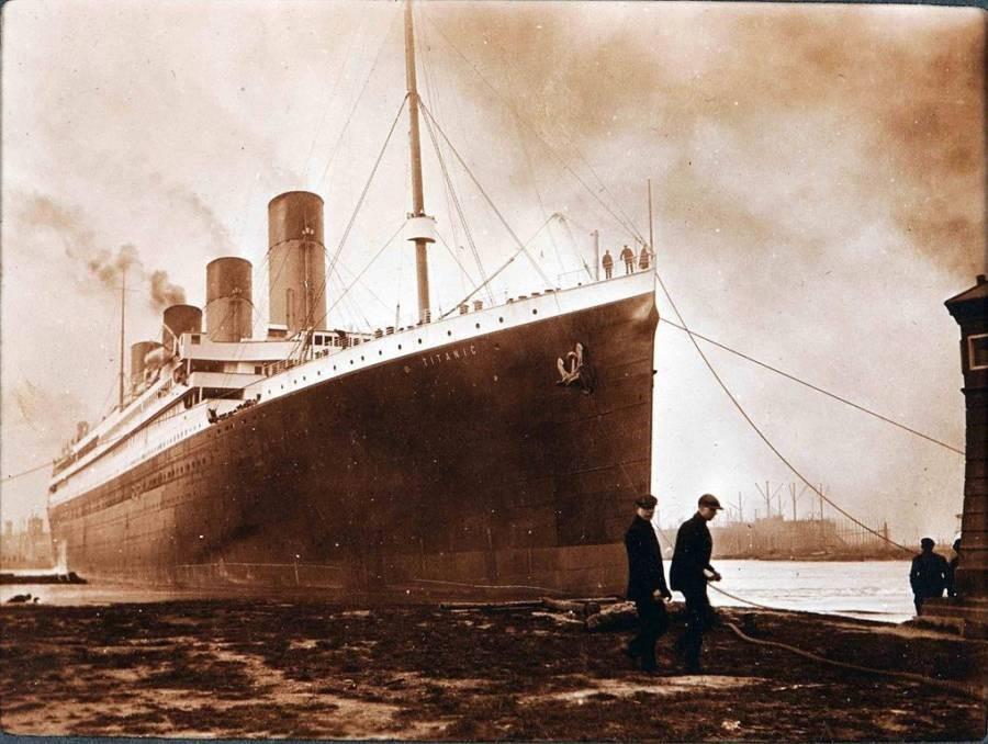 O Titanic em um porto na Irlanda, pouco antes de partir para a Inglaterra a caminho do seu destino final.