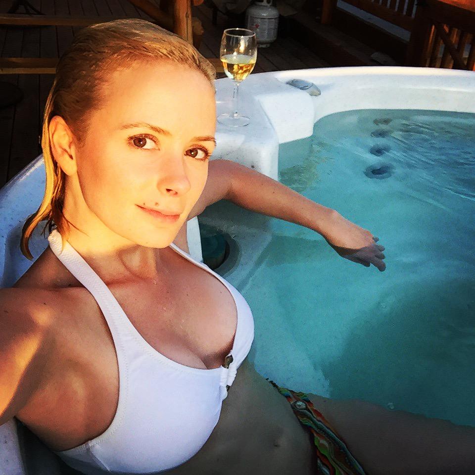 Obligatory hot tub selfie. Courtesy of chardonnay.