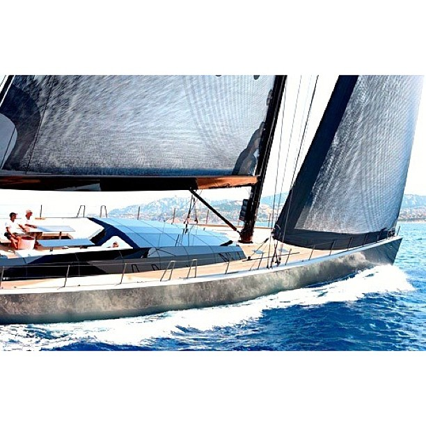 I.D. Sailyacht?  Faceted glass with carbon sails… Great combination.