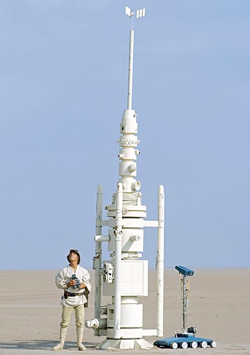 Luke Skywalker and a droid beside a moisture vaporator.Image from STAR WARS - EPISODE IV - A NEW HOPE © Lucasfilm, Ltd.