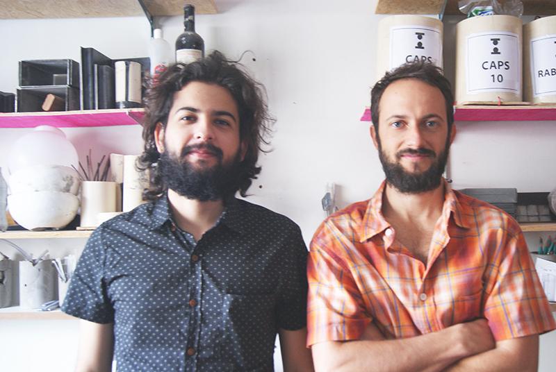 Tomada|Suas luminárias passam por um processo de criação totalmente artesanal que une arte e design a materiais pouco convencionais. Henrique Cançado e Danilo Gomes estão à frente da marca.
