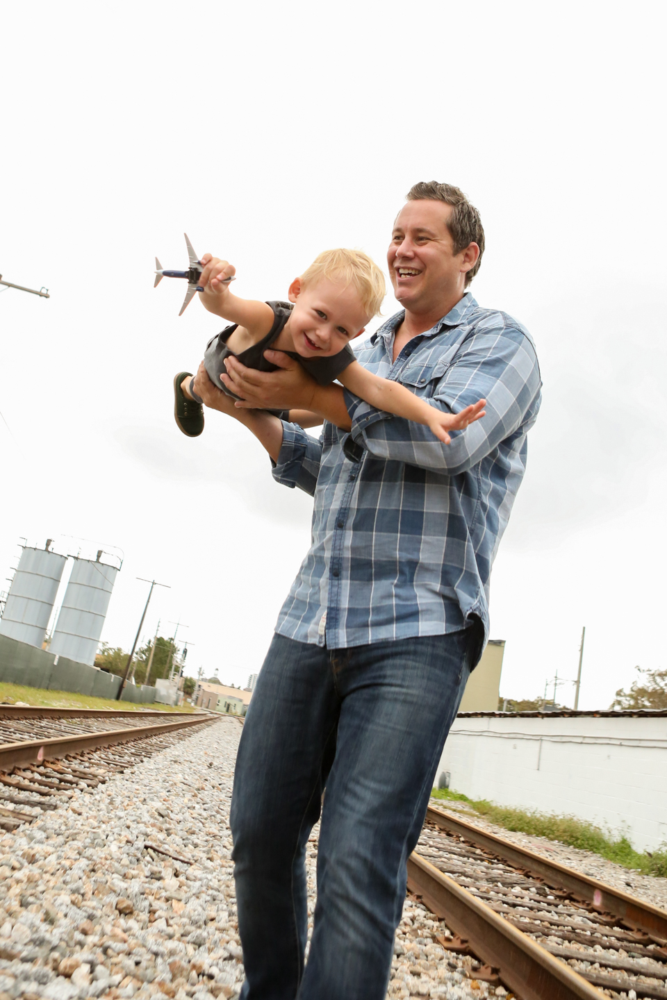 www.livehappystudio.com-family-photographer-orlando-fun-candid-portrait-airplane-boy-kid-dad-6.jpg