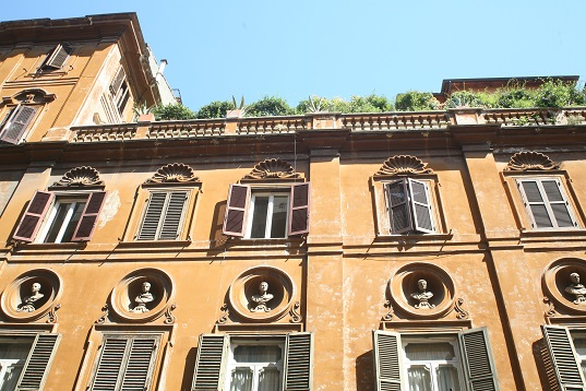 So many rooftop and balcony gardens in Rome - love it!