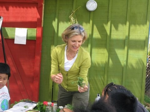 Laurie Dill teaching 5th graders how to grow and cook with herbs at the 24th Street Garden classroom