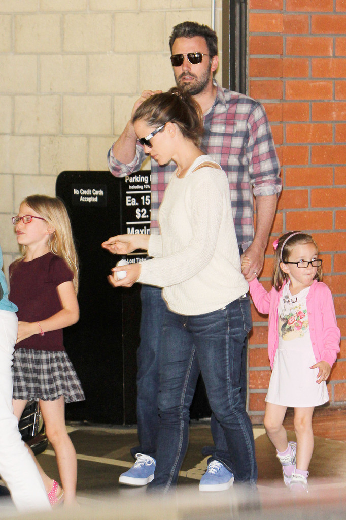 Ben-Affleck-and-wife-Jennifer-Garner-takes-their-daughters-Violet-and-Rose-out-to-Toscana-restaurant-for-dinner-at-Brentwood-in-Los-Angeles3.jpg