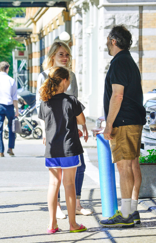 emma_stone_bumps_into_a_hfriend_and_his_daughter_in_manhattan.jpg