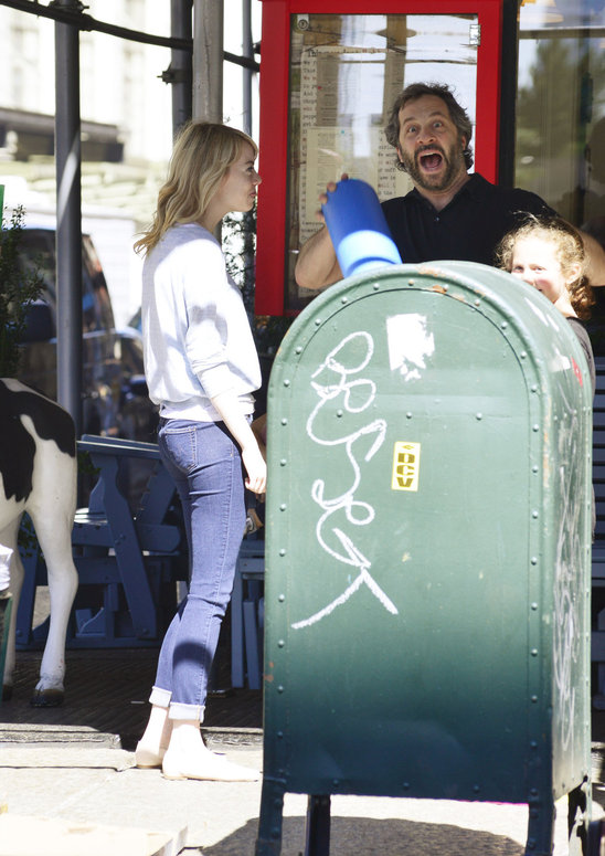 emma_stone_bumps_into_a_friend_and_his_daughter_in_manhalttan.jpg