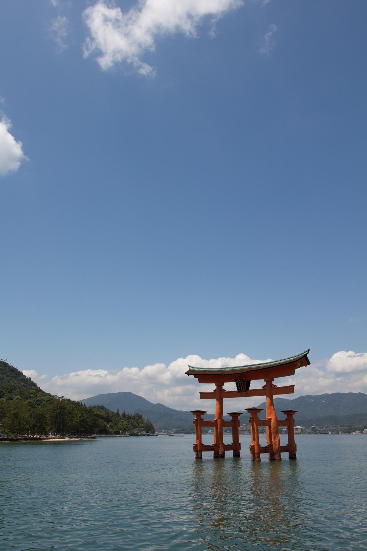 Miyajima Island Floating Torii, Hiroshima.jpg