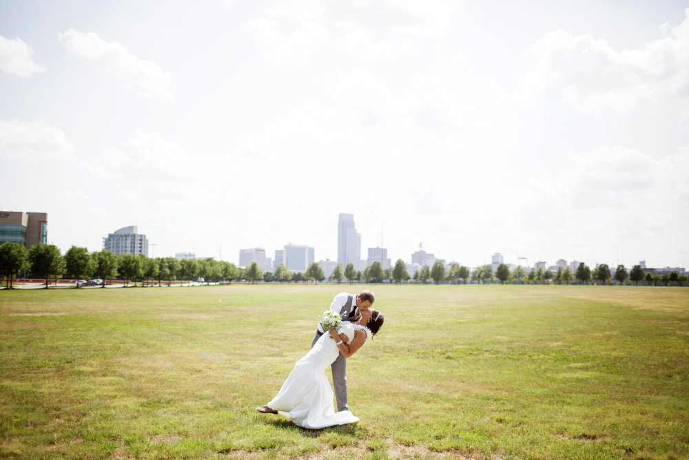 omaha-venue-the-living-room-white-black-downtown-wedding-skyline-nebraska