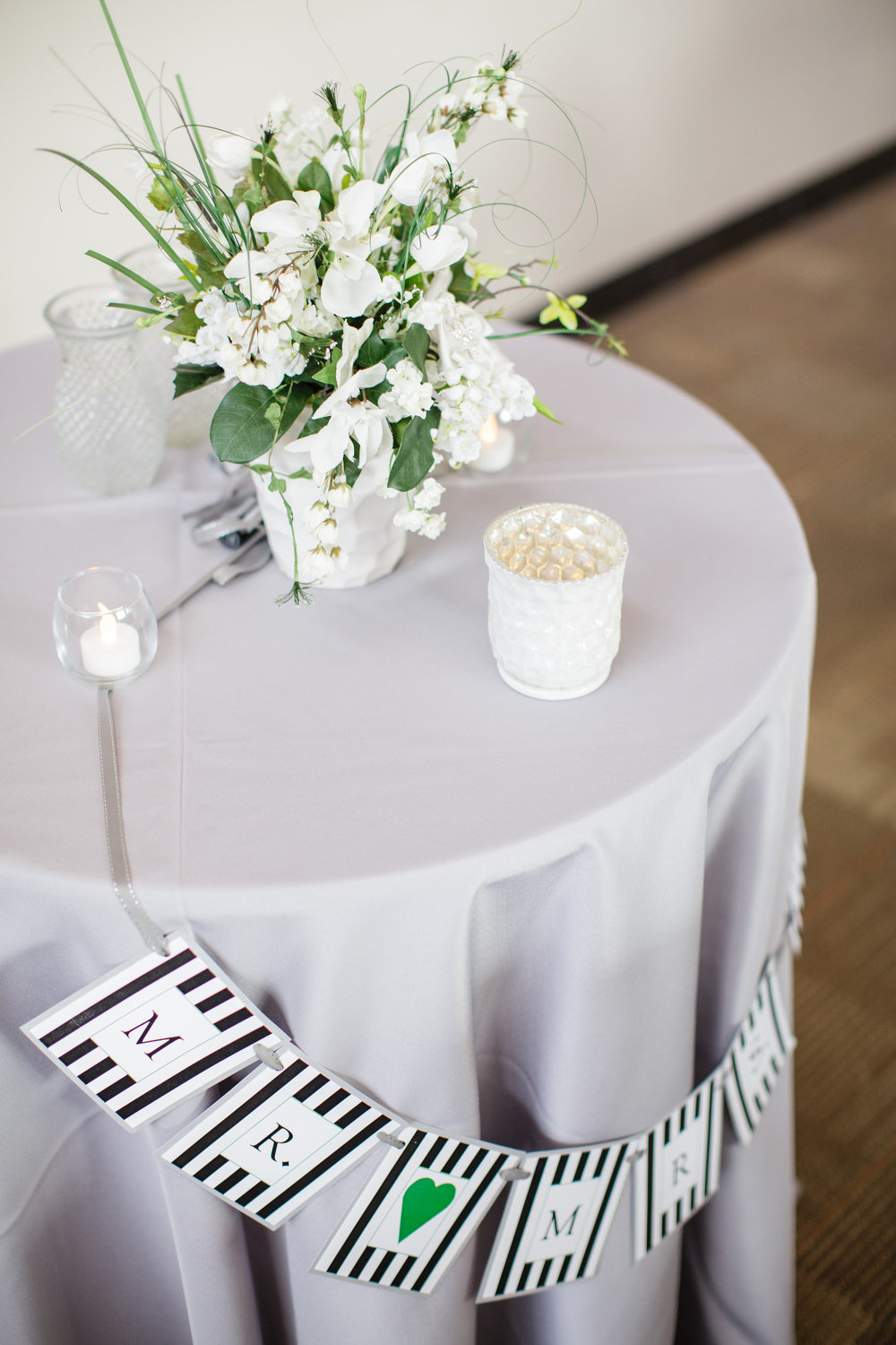 omaha-venue-the-living-room-white-black-downtown-wedding-centerpiece-white-gray-green