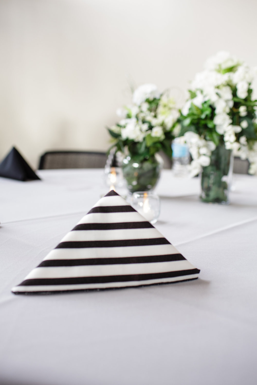 omaha-venue-the-living-room-white-black-downtown-wedding-black-white-strippes-napkins-green-white-centerpieces