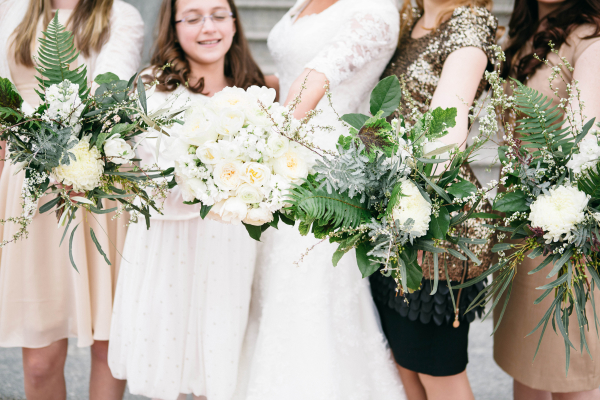 White-Floral-and-Fern-Bouquets-600x400.jpg