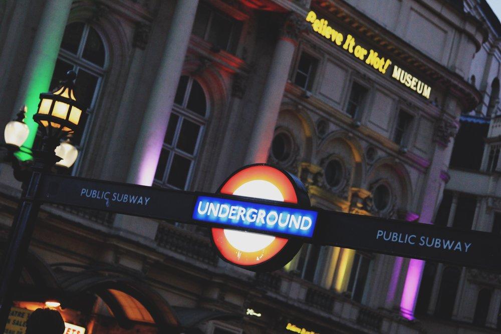 picadilly-underground-metro-londres.jpg