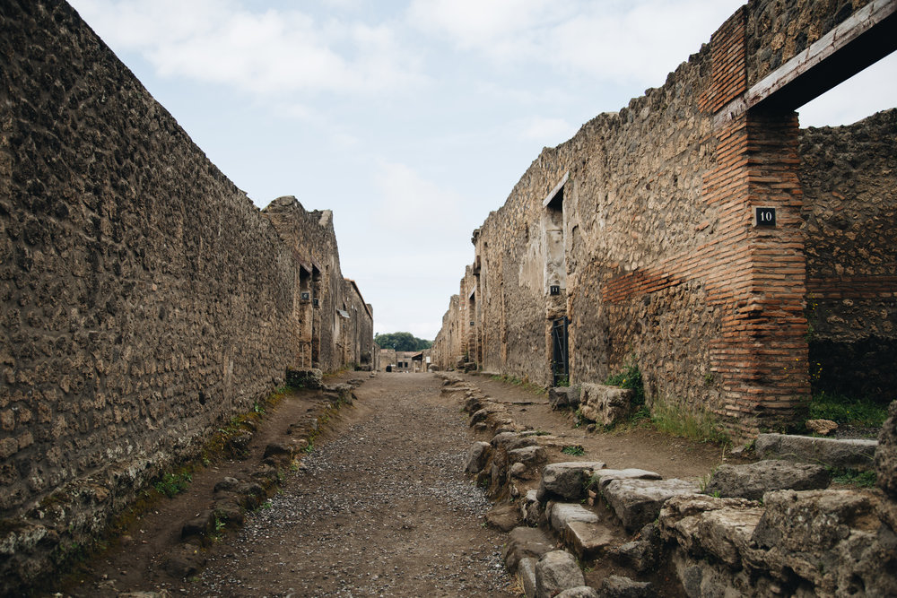 in-the-ruins-of-pompeii-travelblog.jpg