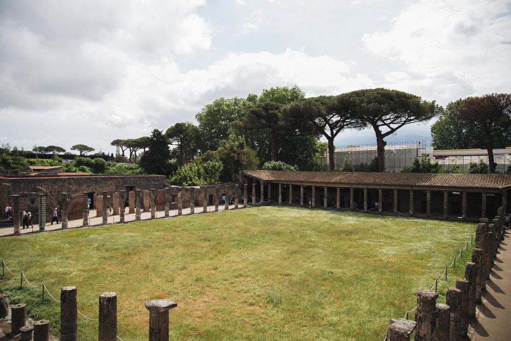 palestre-gladiateurs-vue-pompeii-site-archeologique.jpg