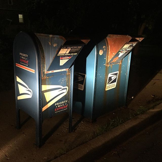 On the road in Oak Park, IL ⭐️⭐️⭐️⭐️ drive through AND extra large mailbox? Impressive #mailboxreview