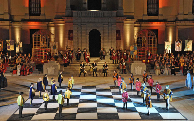 Dama Castellana living checkers match - image by Associazione Dama Castellana