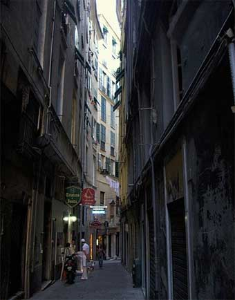 Vicolo del Fieno, one of Genoa's caruggi - Image by Yoggysot Alessio Sbarbaro