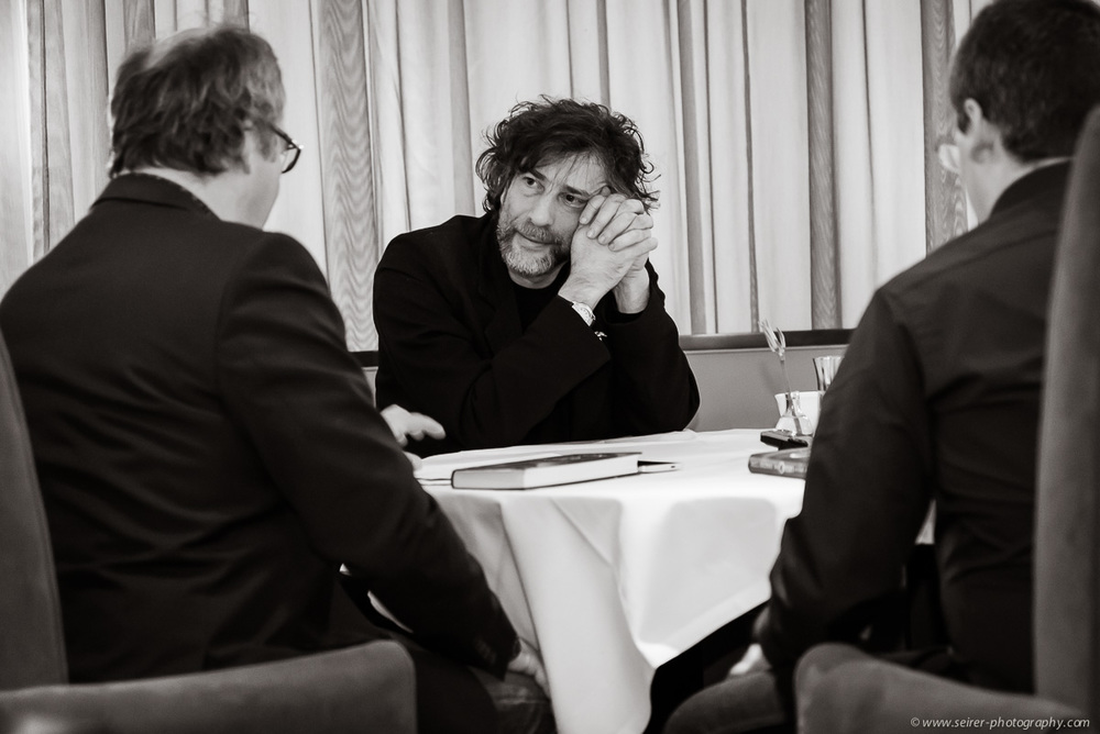 v.l.n.r.: Dr. Bernhard Praschl (Kurier), Neil Gaiman, Stefan Cernohuby