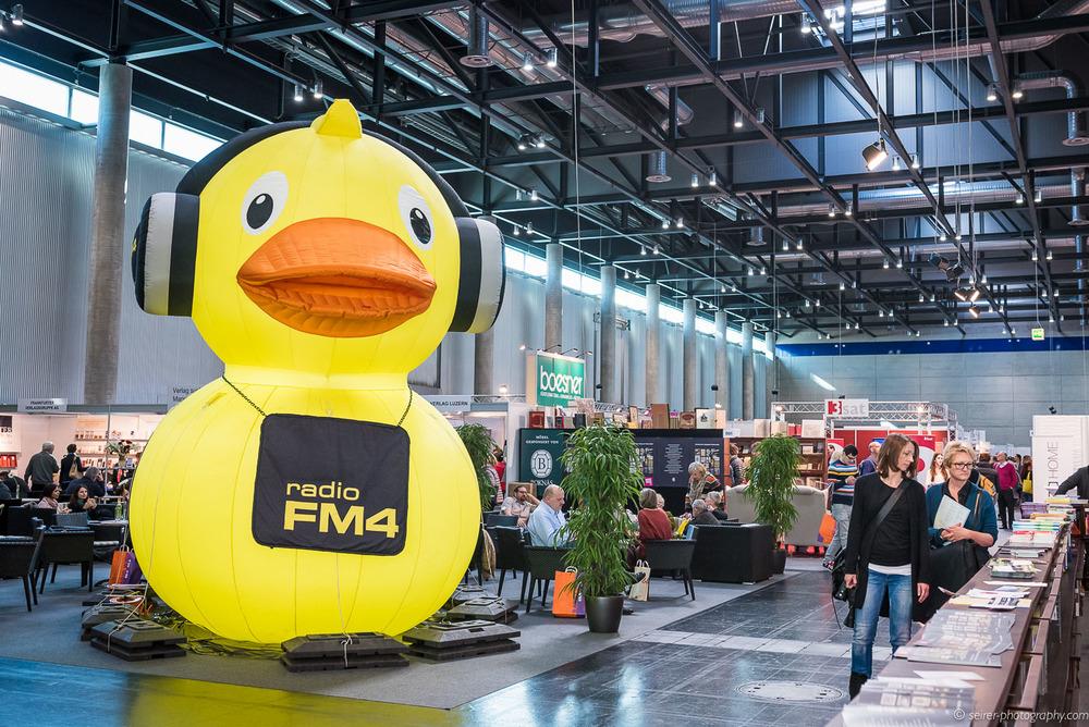 Riesige FM4 Ente auf der Buch Wien