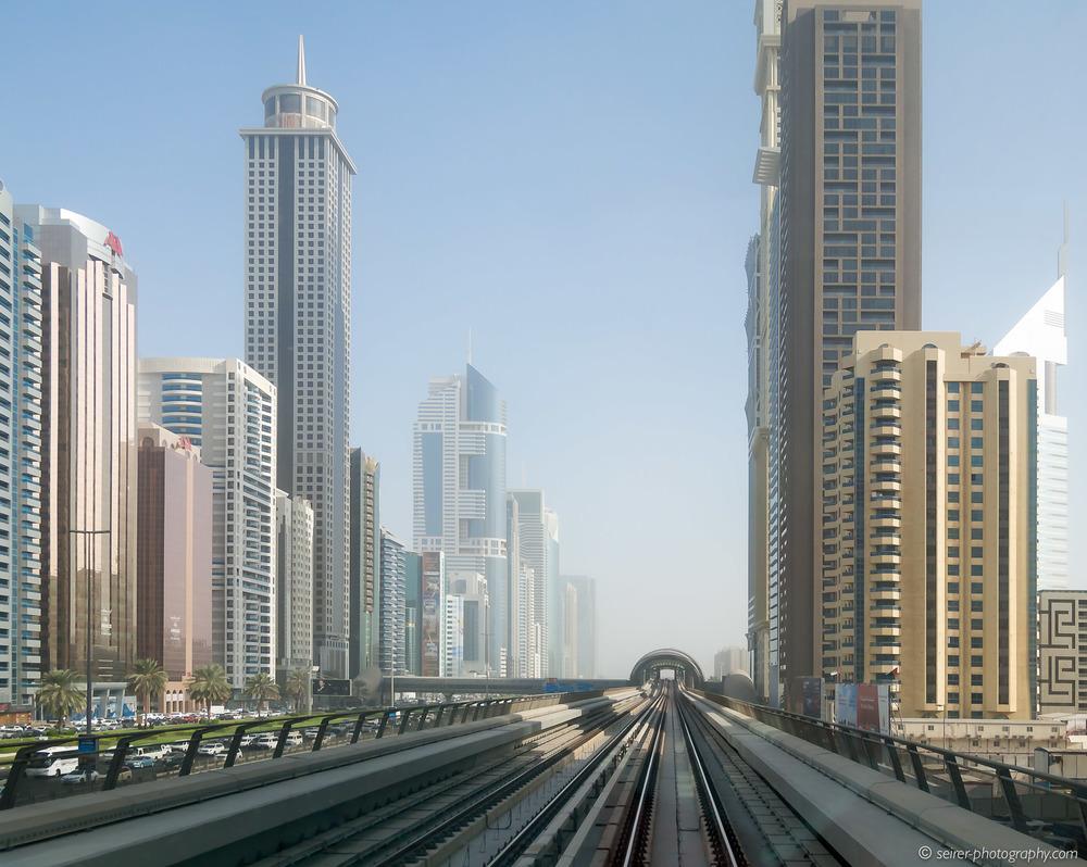 Dubai Architektur aus der Metro aufgenommen