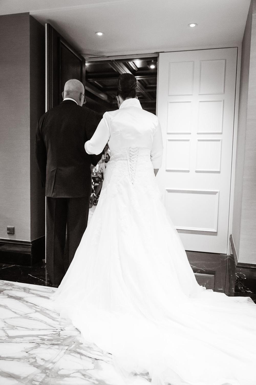 Der Vater begleitet die Braut in den Trauungssaal