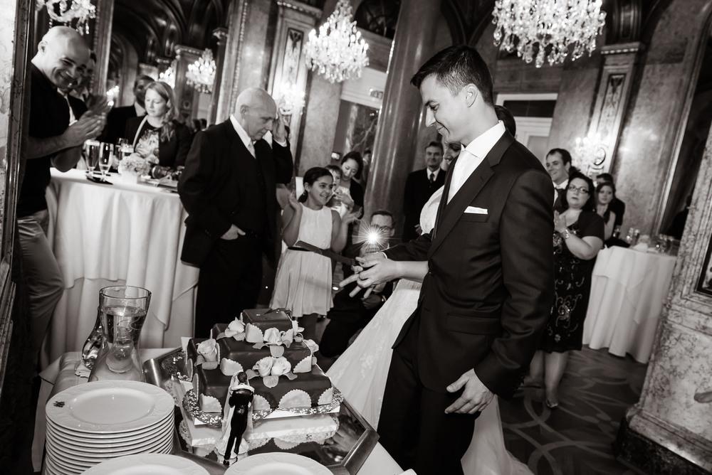 Klassisches Anschneiden des Kuchens