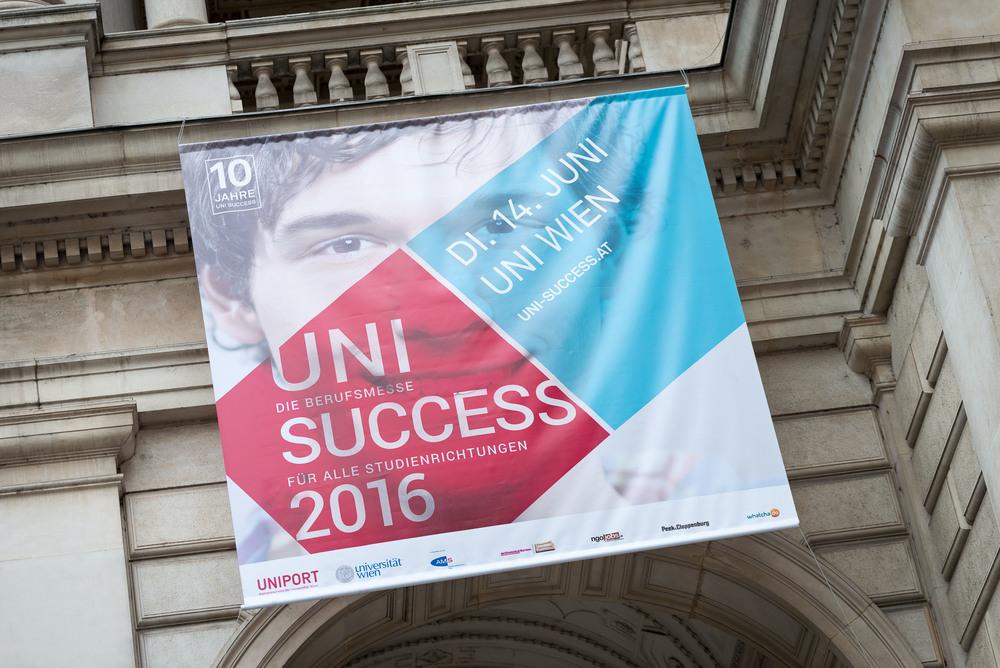 Haupteingang der Haupt Uni Wien mit dem Uni Success Plakat