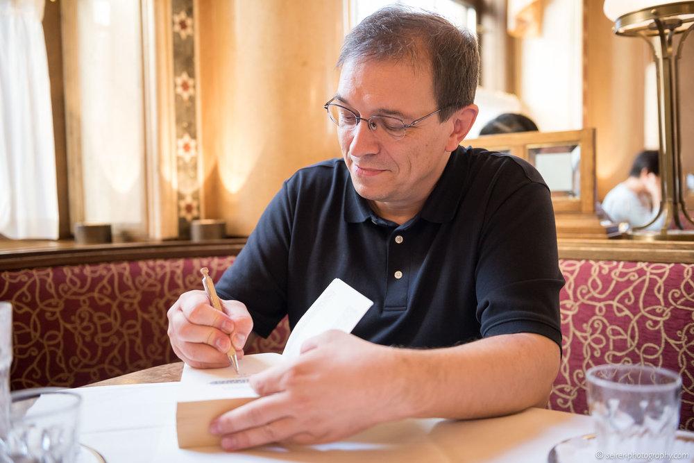 Andreas Eschbach beim Signieren eines Exemplares für ein Gewinnspiel von Janetts Meinung