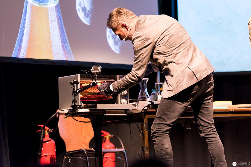 Helmut Jungwirth holt das fertige Laugengebäck aus dem Ofen