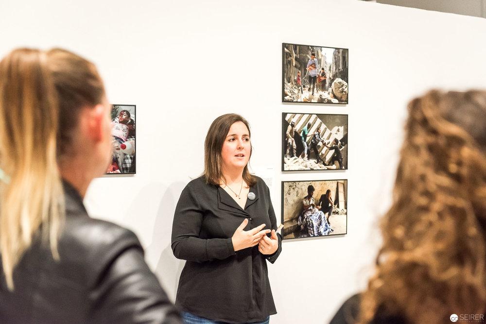 Eva Mühlbacher in einer Einführung durch die Ausstellung